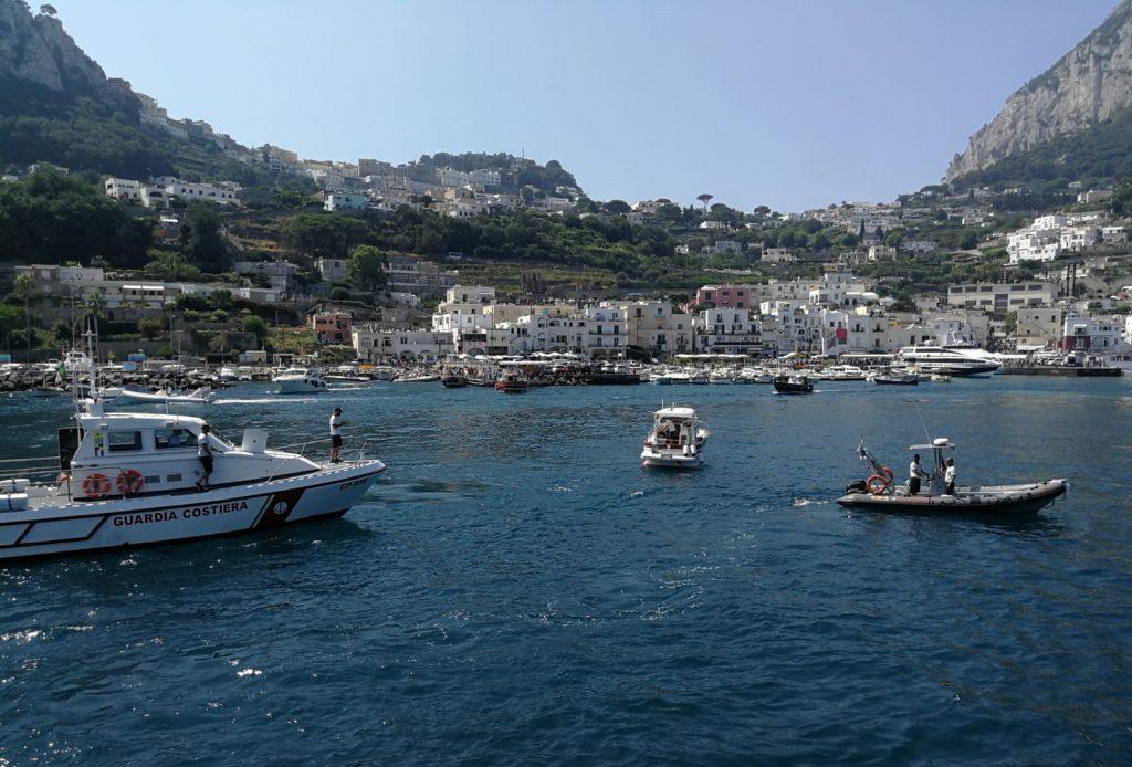 Due barche in avaria soccorse a Capri e a Nerano. Davanti ai Faraglioni un ragazzo di età inferiore a 16 anni sorpreso alla guida di un tender