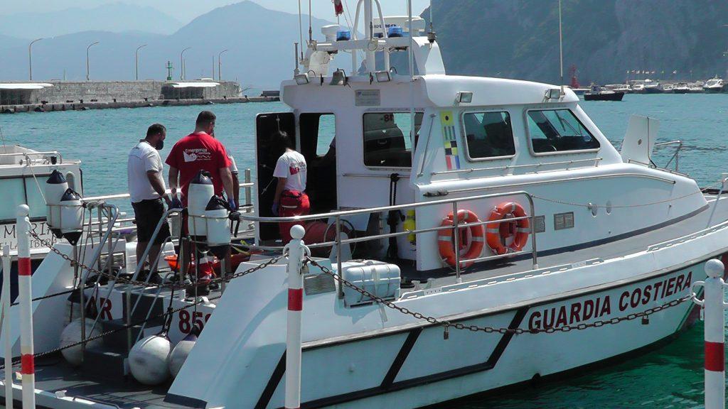 Passeggera ferita su una nave al largo di Capri, soccorsa dalla Guardia Costiera e affidata alle cure mediche. Le foto dell'operazione