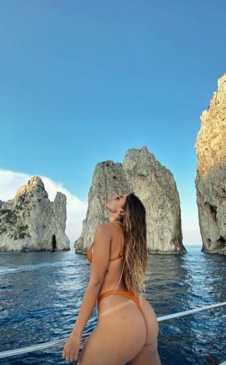 Anitta, bomba sexy a Capri. Le foto della famosa cantante brasiliana fanno il giro della rete