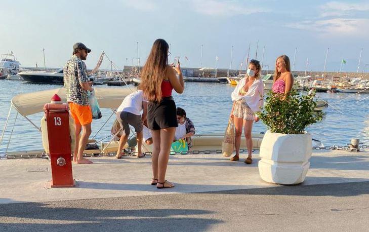 Emma in vacanza a Capri in mascherina: le foto con le fan in banchina