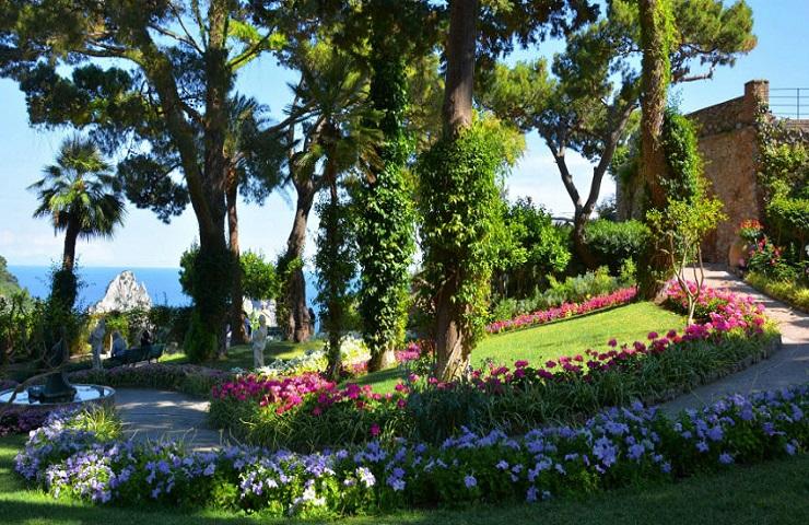 Moda: concessi a LuisaViaRoma i Giardini di Augusto per due giorni, il luxury store dona 25mila euro al Comune di Capri per il rifacimento dell'impianto di illuminazione