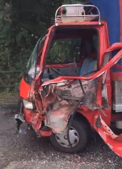 Pauroso incidente stradale a Capri: impatto tremendo in via Don Giobbe Ruocco, porter contro camion. Foto e video