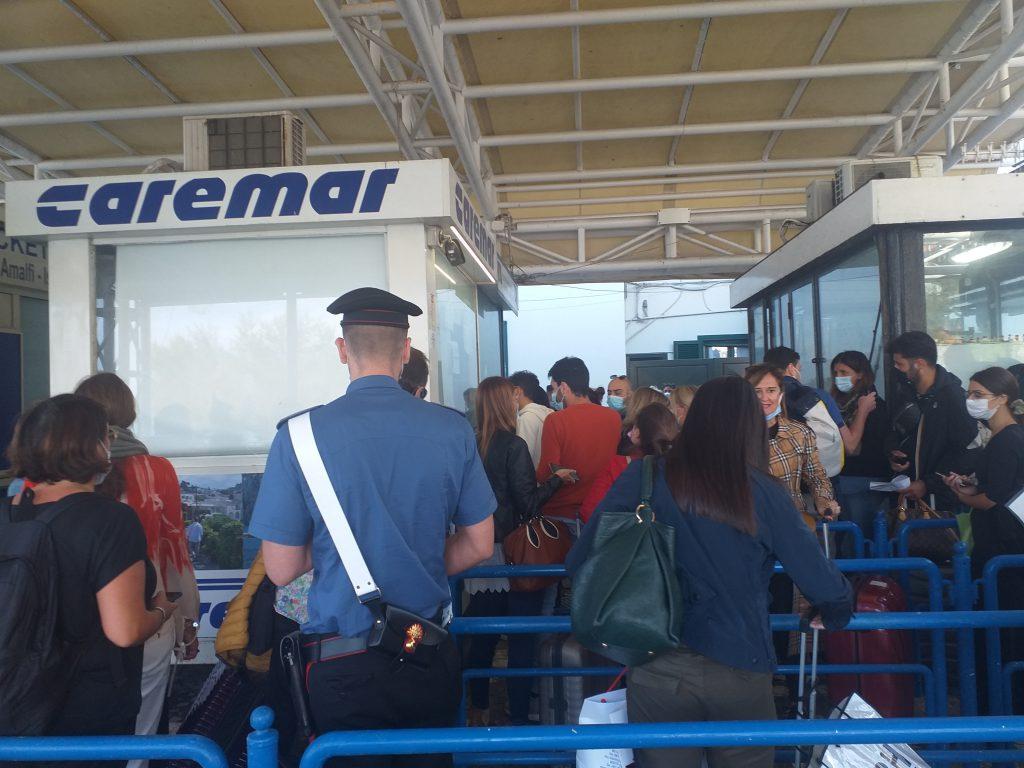 Folla al porto di Capri per la prima partenza dopo 36 ore di stop, lunghe code e tensione alle biglietterie. Nave super piena, disposta corsa extra del traghetto veloce. Le foto