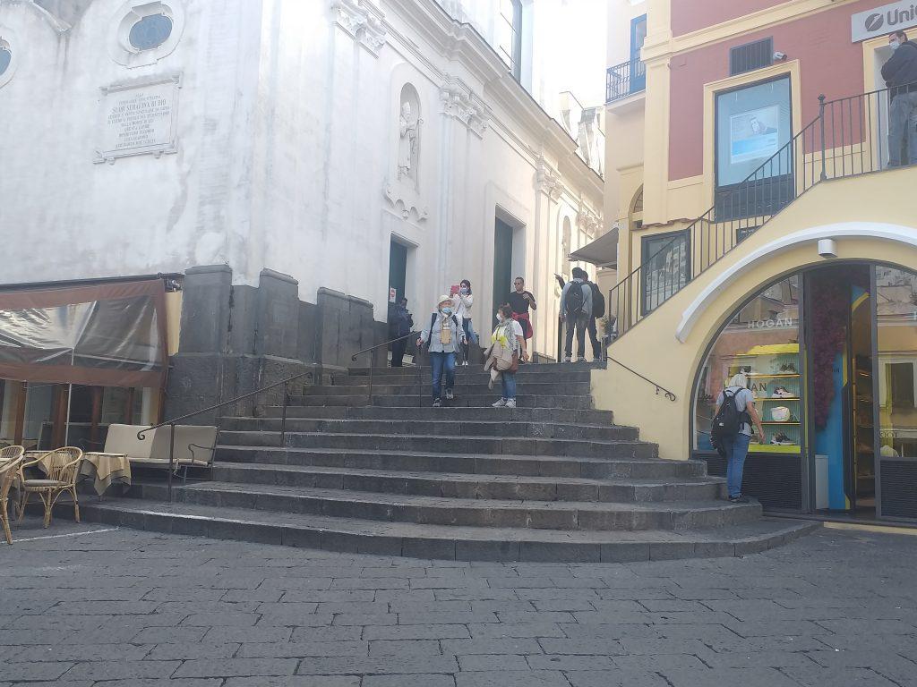 Rimosse, per consentire le riprese di un film, le piante dalle scale della Piazzetta di Capri. E se la scalinata restasse libera?