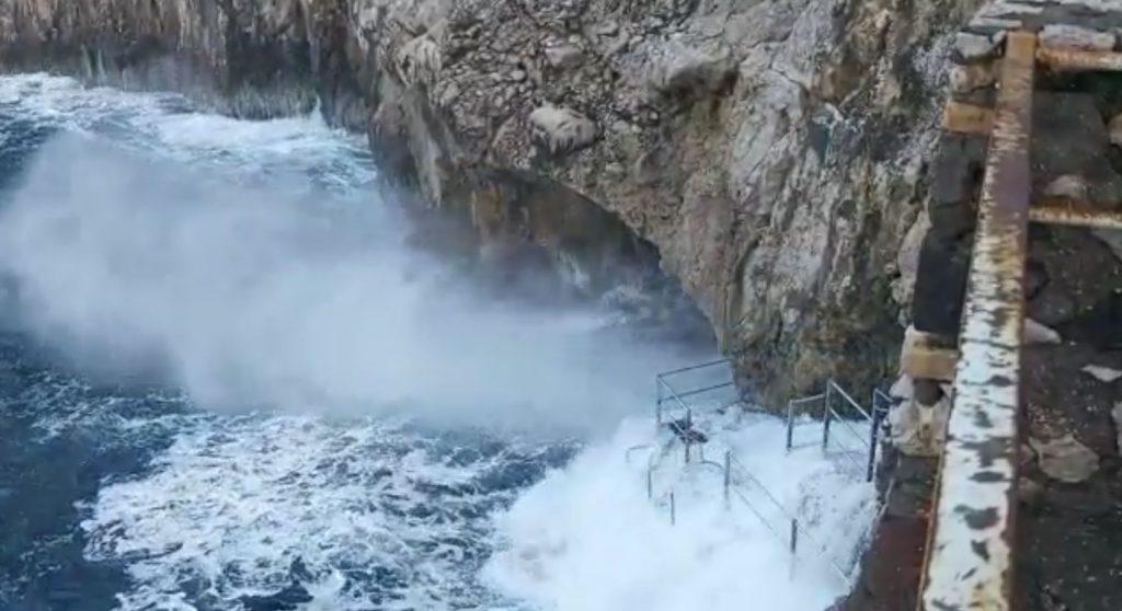 La tempesta perfetta, tutta l'isola di Capri investita dalla violenza delle mareggiate. La Grotta Azzurra e il Faro di Punta Carena si presentavano così: il video
