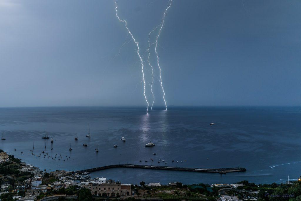 Lo spettacolo dei fulmini sul mare, al largo del porto di Capri, catturato in una foto